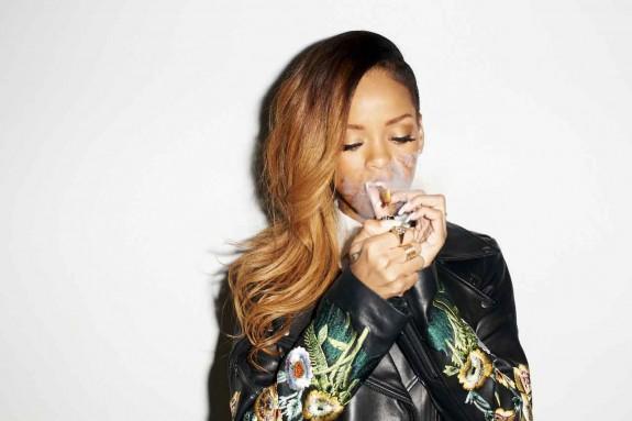 """Риана пуска своя марка марихуана – MaRihanna - Magazine (4) Риана е съобщила новината по време на посещението си в Cannabis Cup в Негрил, Ямайка. """"MaRihanna от Риана е наистина първата мейнстрийм марка канабис в света и аз съм горда да бъде пионер в това"""", каза Риана. """"MaRihanna"""" ще включва различни продукти като Karibbean Kush, Haitian Haze и Jamaican High Grade, както и продукти за ядене, които ще са на канабисова основа."""