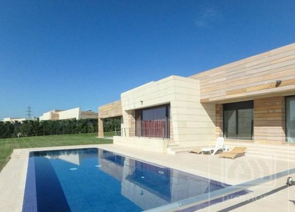 У дома с Кристиано Роналдо - Magazine (4)