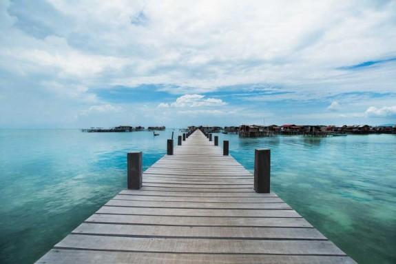 Хората които живеят в океана - Magazine (3) Разположен край бреговете на малайзийския град Сабах, остров Борнео бе началната точка на Réhahn. От там той посети осем малки острови, които са отдалечени от всякаква цивилизация.