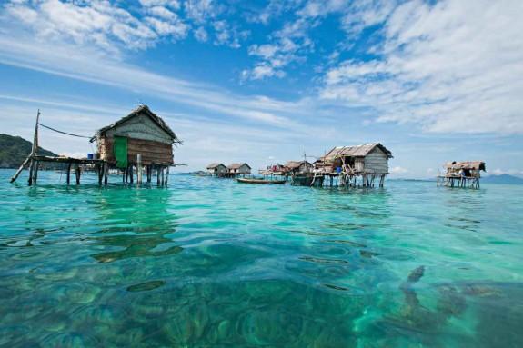 Хората които живеят в Някои туристи знаят мястото заради невероятните места за гмуркане, но фотографа вижда нещо различно: малки селища с колиби, построени на кокили в средата на океана. - Magazine (4)