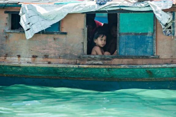 """Баджо живеят в малки лодки, като прекарват дните си в плаване из океана. Разчитат на риболова, за да си изкарват прехраната, а оттам идва и прякорът им """"морски цигани""""."""