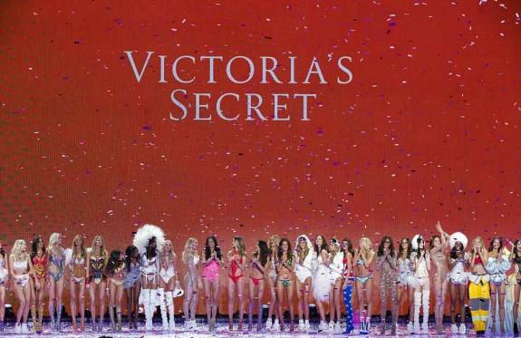 """Шоуто на Викторияс Сикрет 2015 (снимки) - Magazine (36) Това е една от най-желаните професии в света на модата. Това е знак, че един млад модел наистина има бъдеще в тази индустрия. Една от новините на вечерта беше дебюта по котешката пътека на """"Викторияс Сикрет"""" на най-добрите приятелки Джиджи Хадид и Кендъл Дженър. Изгряващите звезди направиха своя гранд дебют за марката редом до отвърдените вече ангели Адриана Лима, Кандис Суейнпоъл и Лили Олдридж - която носеше ослепителен сутиен за $ 2 милиона. Събитието привлече елитна публика от модни фенове, критици и звездни гости. Ревюто ще се излъчи по телевизияата на 8 декември само по CBS, където ще бъде наблюдавано от милиони."""