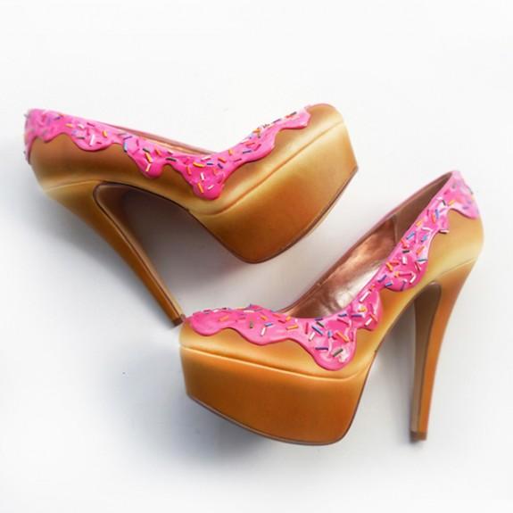 Сладки обувки - Всяка обувка е създадена с много любов и огромно внимание към всеки детаил. Компанията приема и поръчки, за да може да получите такива обувки, каквито желаете.При поръчка на такива обувки трябва да почакате от 3 до 6 седмици, но чакането в този случай си заслужава. Цената им варира от 200$ до 400$.