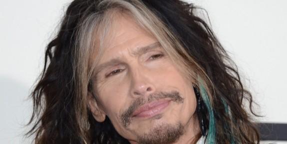 """Стивън Тайлър пее с уличен музикант I Don't Want to Miss a Thing в Москва - Magazine.bg Видеото на неочакваното изпълнение беше качено в YouTube на 4-ти септември. Фронтменът на Aerosmith ( сега солoв артист ) кацна в Москва на 2 септември, според слухове той сам е публикувал видеото. Стивън Тайлър изненада минувачите в Москва, когато се присъедини към уличен музикант, за да изпее """"I Don't Want to Miss a Thing"""" на Aerosmith."""