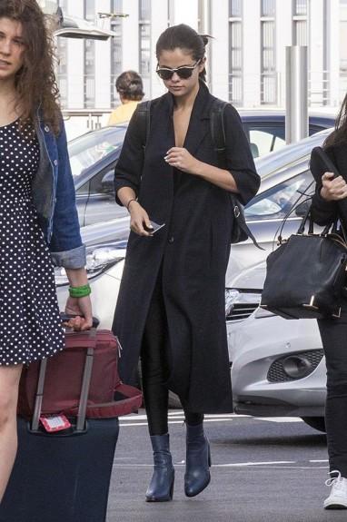 Световно известни личности в едно обикновено ежедневие - част 1 - Magazine (19) Селена Гомес - на летището в Лос Анжелис