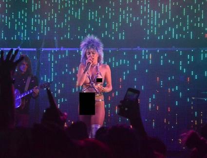 Майли Сайръс се появи топлес на концерт (1)