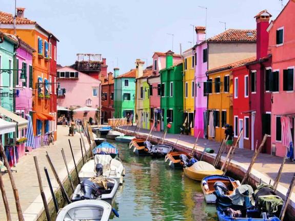 Защо човек трябва да посети Италия през живота си - Magazine (2) Храната е може би достатъчен повод да се посети Италия, но не свършва всичко с нея. В Италия могат да се видят едни от най-известните произведения на изкуството в света. Колизеумът в Рим, каналите на Венеция, езерото Гарда, градините на Вила Д'Есте и естествените горещи извори в Тоскана.