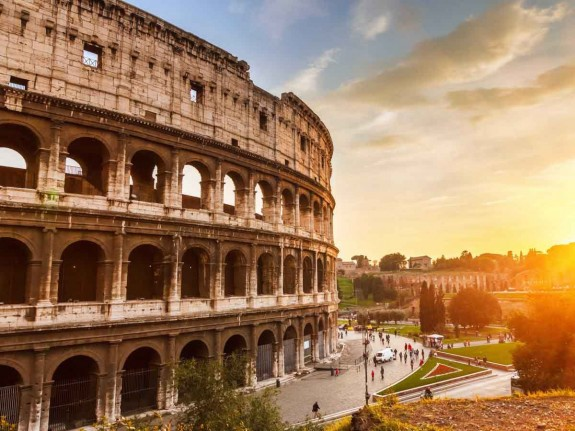 Защо човек трябва да посети Италия през живота си - Magazine (20) Една от задължителните атракции е мястото където са се водили едни от най-бруталните гладиаторски битки, а именно Колизеумър в Рим.