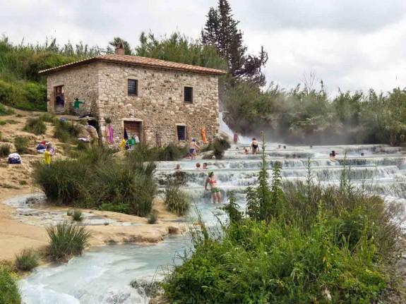 Защо човек трябва да посети Италия през живота си - Magazine (21) Потопете се в естествените минерални извори на Сатурния в Тоскана.