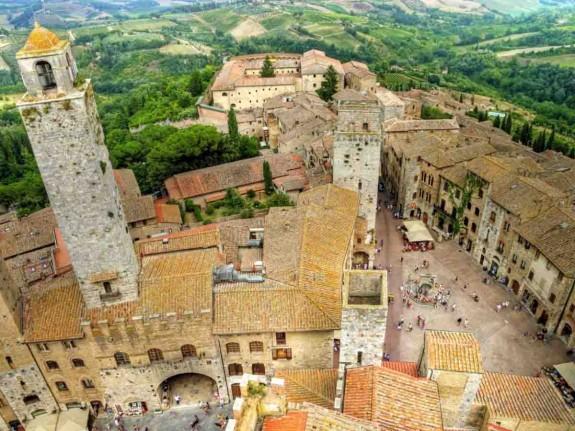 Защо човек трябва да посети Италия през живота си - Magazine (24) Храната е може би достатъчен повод да се посети Италия, но не свършва всичко с нея. В Италия могат да се видят едни от най-известните произведения на изкуството в света. Колизеумът в Рим, каналите на Венеция, езерото Гарда, градините на Вила Д'Есте и естествените горещи извори в Тоскана.