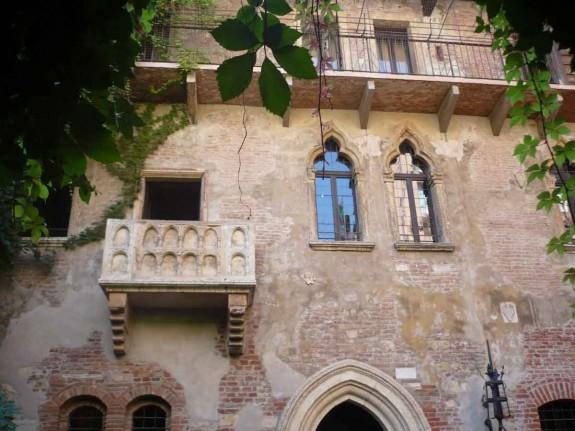 Защо човек трябва да посети Италия през живота си - Magazine (26) Храната е може би достатъчен повод да се посети Италия, но не свършва всичко с нея. В Италия могат да се видят едни от най-известните произведения на изкуството в света. Колизеумът в Рим, каналите на Венеция, езерото Гарда, градините на Вила Д'Есте и естествените горещи извори в Тоскана.