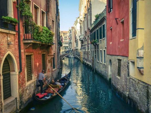 Защо човек трябва да посети Италия през живота си - Magazine (27) Храната е може би достатъчен повод да се посети Италия, но не свършва всичко с нея. В Италия могат да се видят едни от най-известните произведения на изкуството в света. Колизеумът в Рим, каналите на Венеция, езерото Гарда, градините на Вила Д'Есте и естествените горещи извори в Тоскана.