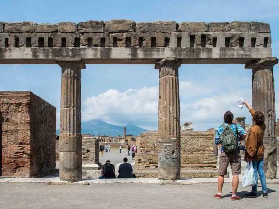 Защо човек трябва да посети Италия през живота си - Magazine (4) Храната е може би достатъчен повод да се посети Италия, но не свършва всичко с нея. В Италия могат да се видят едни от най-известните произведения на изкуството в света. Колизеумът в Рим, каналите на Венеция, езерото Гарда, градините на Вила Д'Есте и естествените горещи извори в Тоскана.