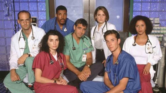 """Как изглеждат актьорите от Спешно отделение през 2015 (2) Преди две десетилетия, вратите на """"Спешно отделение"""" се отвориха за първи път по """"NBC"""". Писателя сценарист Майкъл Крайтън ни покани в света на лекарите от спешното отделение в болницата на Чикаго. Актьорския състав успя да ни покажа, как може да се събере толкова много талант на едно място и да се плени вниманието на зрителите."""