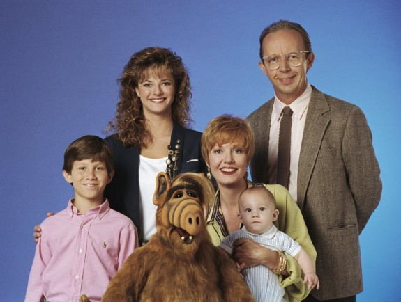 """Как изглеждат артистите от сериала Алф през 2015 - Magazine (1) Глава на семейството е чиновникът Уили, съпругата му Кейт е домакиня, а децата им са по-голямата Лин и по-малкият Брайън. Домашен любимец на семейството е котаракът Лъки. Главният герой се казва Гордън Шамуей и е дребен извънземен, който получава прякора Алф (от английски: A.L.F., или Alien Life Form, което означава """"извънземна форма на живот""""). Той е роден на 28 октомври 1756 г. в долната източна част на планетата Мелмак. Тази планета се намирала на шест парсека (или на близо 20 светлинни години) разстояние от звездния свръхкуп Хидра-Кентавър и имала зелено небе, синя трева и лилаво слънце."""