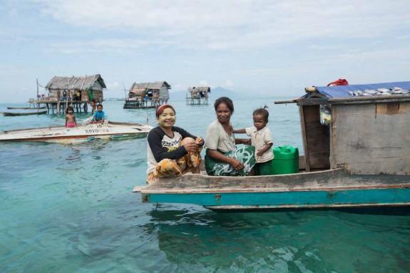 Хората които живеят в океана - Magazine (28) Réhahn разказва, че там се чувства истински мир и спокойствие, които царят в малкото сплотено общество.