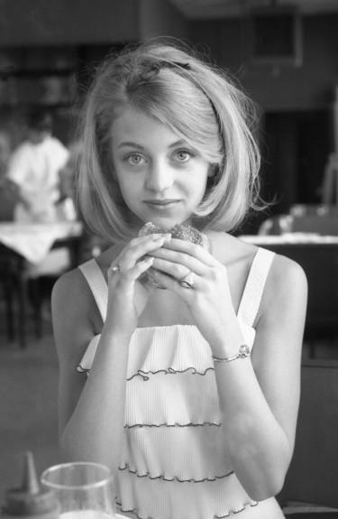 20 известни личности като тинейджъри - Magazine.bg (7) Голди Джийн Хоун е американска актриса, режисьор и продуцент.