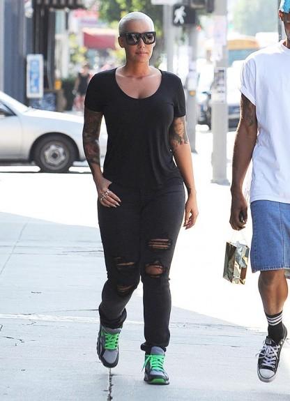 Световно известни личности в едно обикновено ежедневие - част 1 - Magazine (1) Амбър Роуз - излиза от студио за татоировки в Лос Анджелис